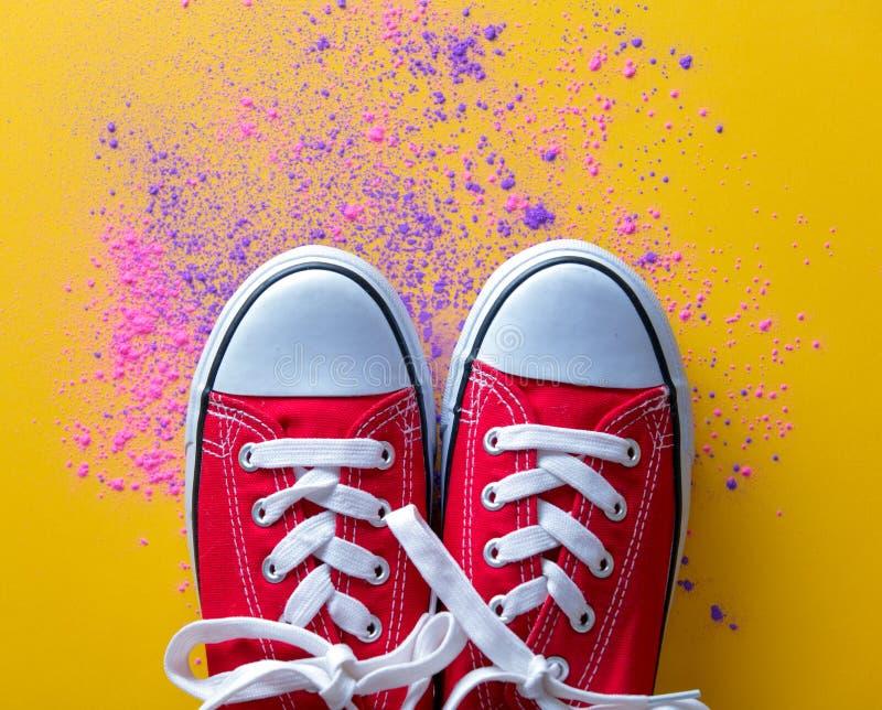 Rosa und purpurrote Farbe und Gummiüberschuhe stockfotografie