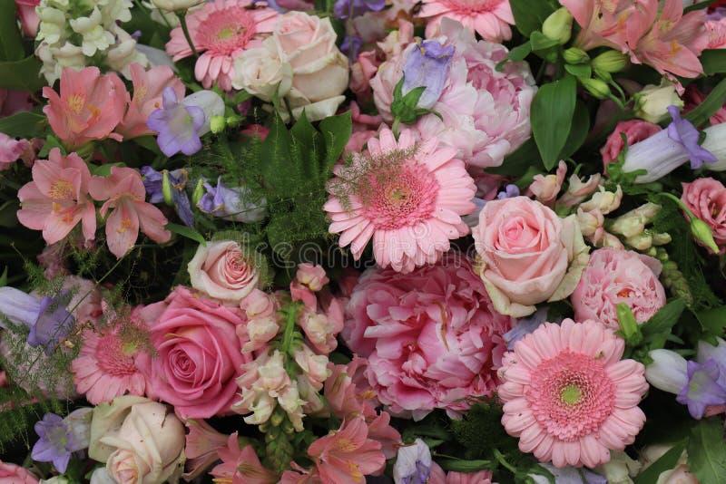 Rosa und purpurrote Hochzeitsblumen stockfotografie