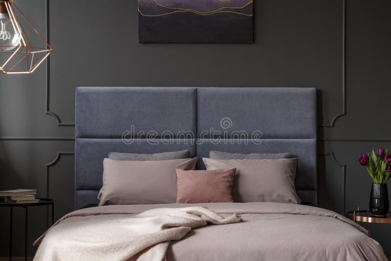 Rosa und violetter Schlafzimmerinnenraum lizenzfreie stockfotografie