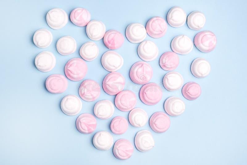 Rosa-und weißegeschmackvolle Eibische in Form der Herz-Ebene legen Draufsicht-Lebensmittel-Konzept-Liebes-Hintergrund Valentine P lizenzfreies stockbild