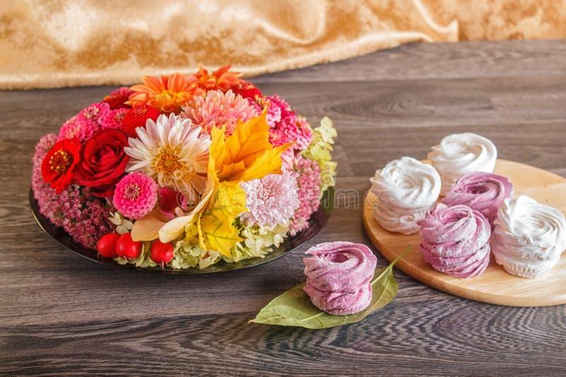 Rosa und weißer Eibischzefir auf ein runden hölzernes Brett wi lizenzfreie stockbilder