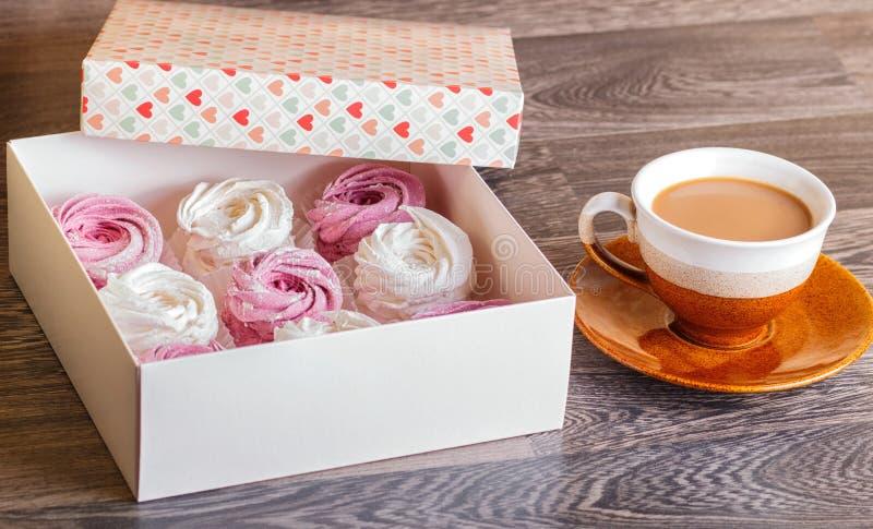 Rosa und weißer Eibischzefir mit Tasse Kaffee auf einem gra stockbilder