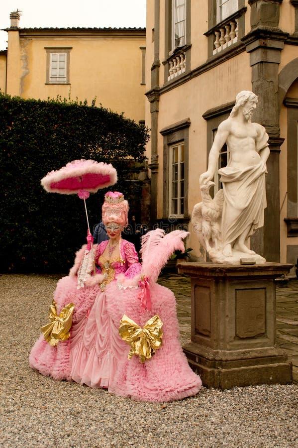 Rosa ung ogift kvinna på Lucca komiker och lekar 2017 arkivbild