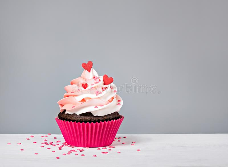 Rosa valentin dagmuffin med hjärtastänk royaltyfri fotografi