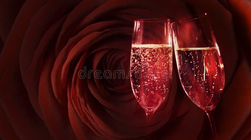 Rosa vermelha com champanhe fotografia de stock royalty free