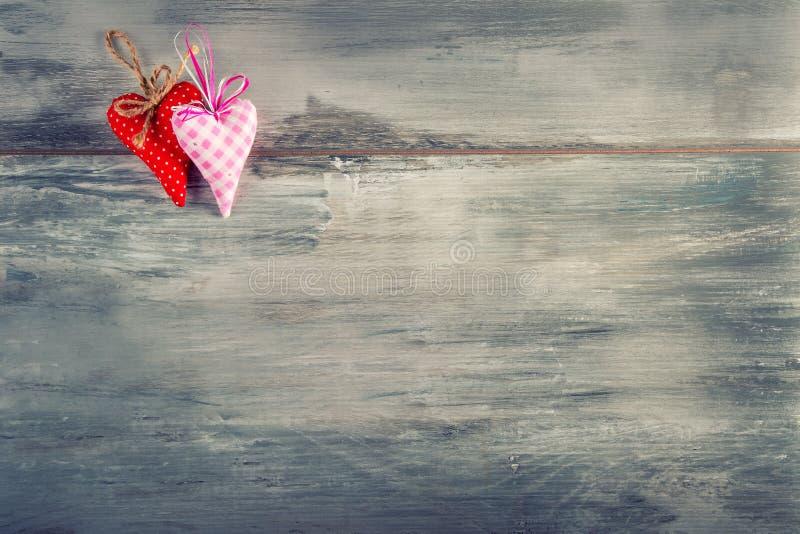 Rosa vermelha Corações feitos a mão de pano vermelho no fundo de madeira fotografia de stock