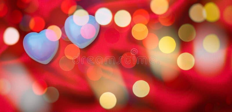 Rosa vermelha Ideia superior de corações de vidro azuis, obscura, bokeh, fundo de seda vermelho fotos de stock