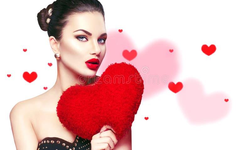 Rosa vermelha A mulher moreno nova 'sexy' com coração deu forma ao descanso roxo fotografia de stock