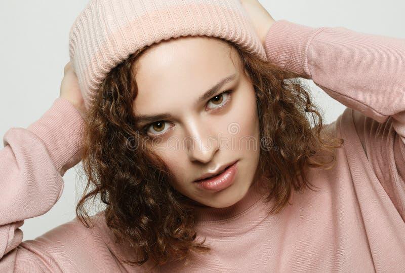 Rosa vestindo da menina bonito nova do moderno sobre o fundo branco fotografia de stock