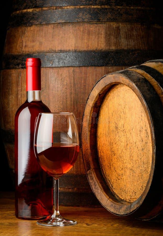 Rosa vin i exponeringsglas och flaska arkivbild