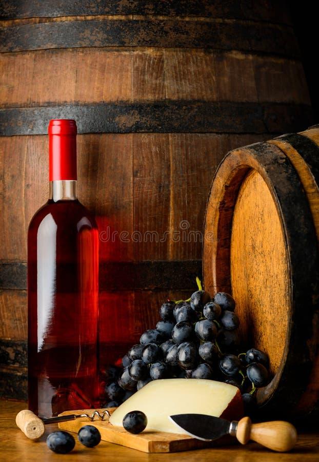 Rosa vinflaska på träbakgrund arkivfoton
