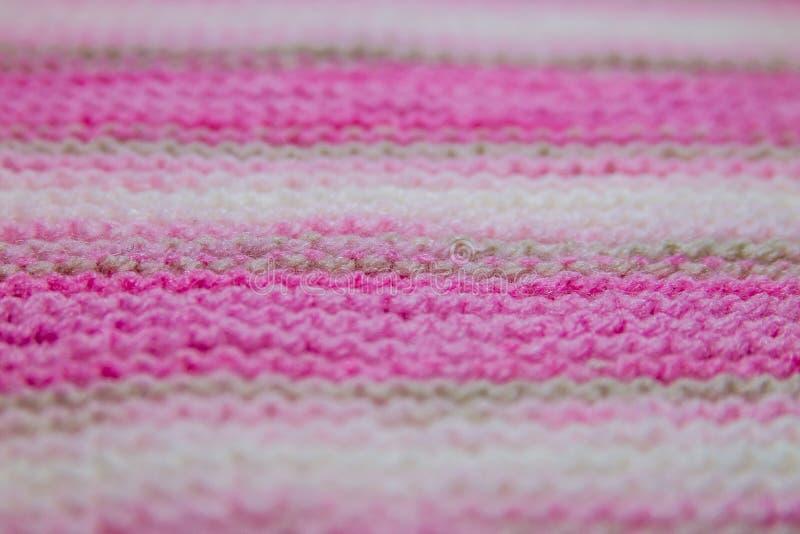 Rosa, vitt och ljust - brun randig stucken texturbakgrund arkivbild