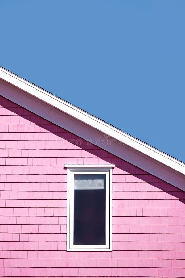 Rosa Wand und blauer Himmel stockfotografie