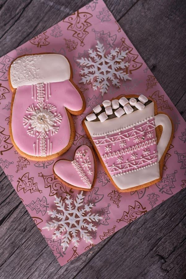 Rosa Weihnachtslebkuchen auf dem grauen hölzernen Hintergrund lizenzfreie stockfotografie
