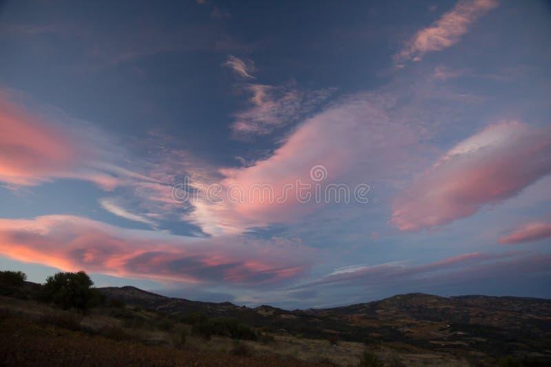 Rosa Wolken bei Sonnenuntergang stockbild