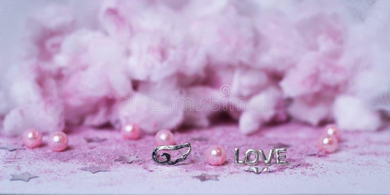 rosa Wolkenflügel lieben Funkelnhochzeits-Dekorationspulver Tulle stockfoto