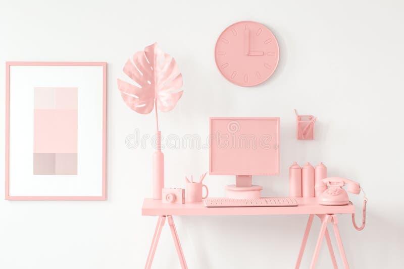 Rosa workspace i tonårs- rum royaltyfri fotografi
