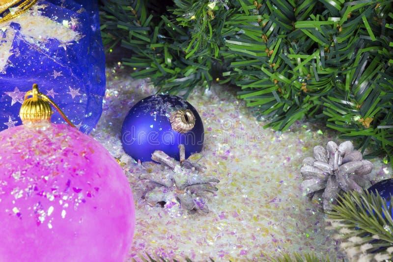 Rosa y bola azul del ` s del Año Nuevo imagen de archivo