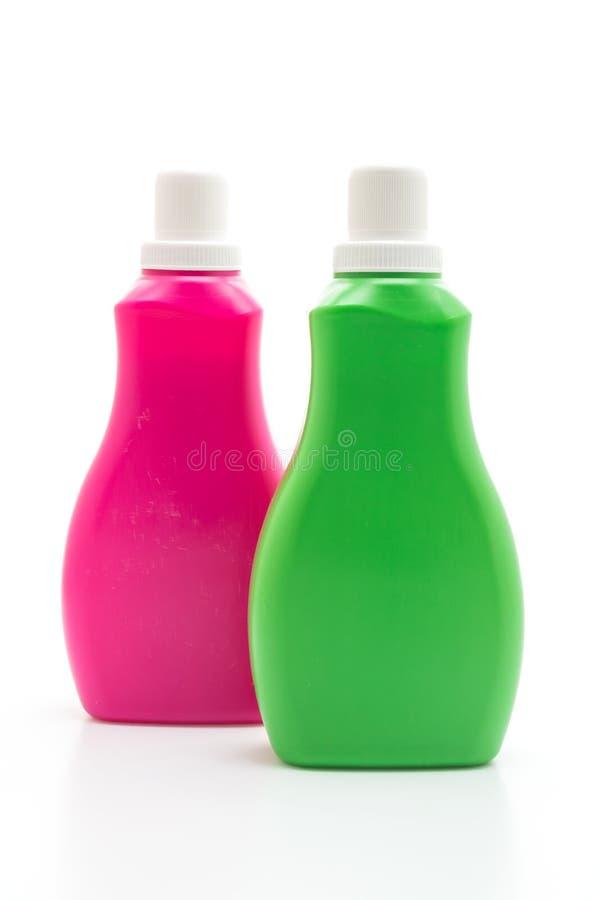 rosa y botella pl?stica verde para la limpieza l?quida del detergente o del piso en el fondo blanco imagenes de archivo