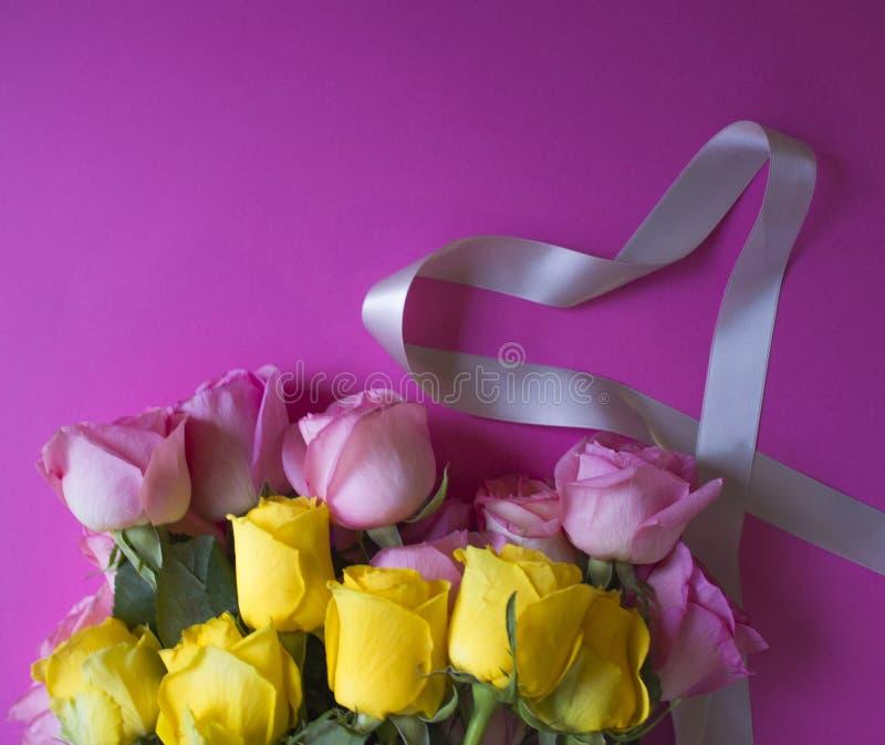 Rosa y cinta amarilla del rosa y gris del corazón de la forma en fondo rosado fotografía de archivo