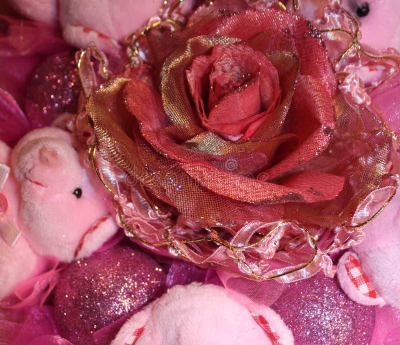 Rosa y flor artificial del oro en la composición de la Navidad fotografía de archivo libre de regalías