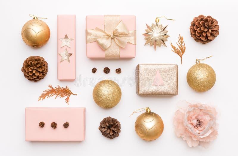 Rosa y regalos de la Navidad del oro aislados en el fondo blanco Cajas de Navidad, ornamentos de la Navidad, chucherías y conos e imagenes de archivo