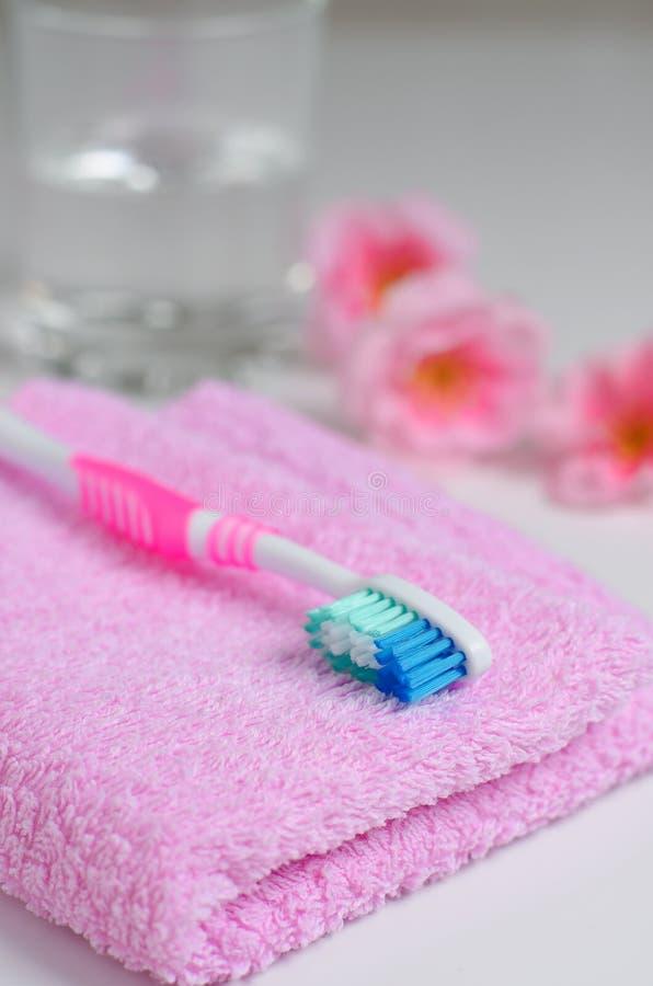 Rosa Zahnbürste auf einem rosa Tuch lizenzfreie stockfotos