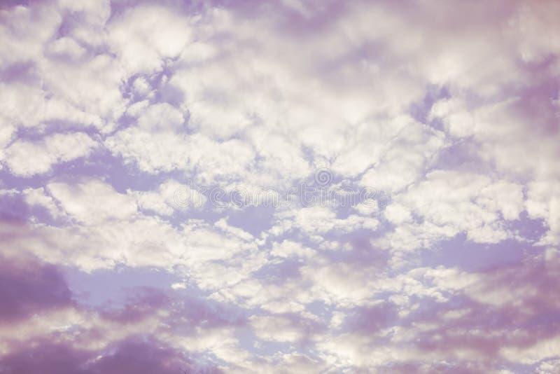 Rosa Zusammenfassungshintergrund des bewölkten Himmels lizenzfreie stockfotografie