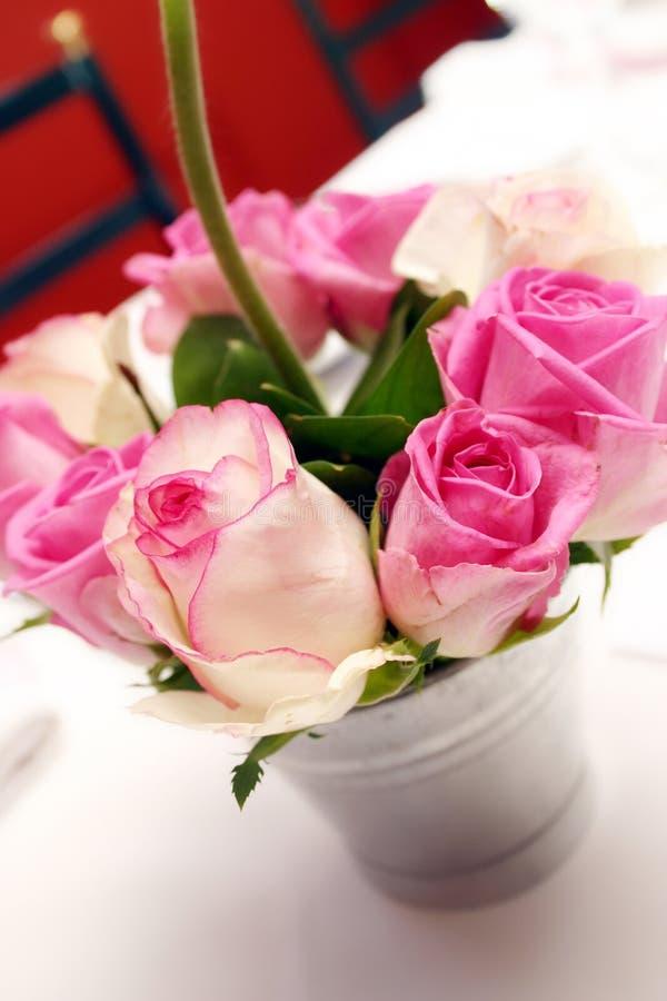 Rosafarbene Anordnung des Rosas stockfotos