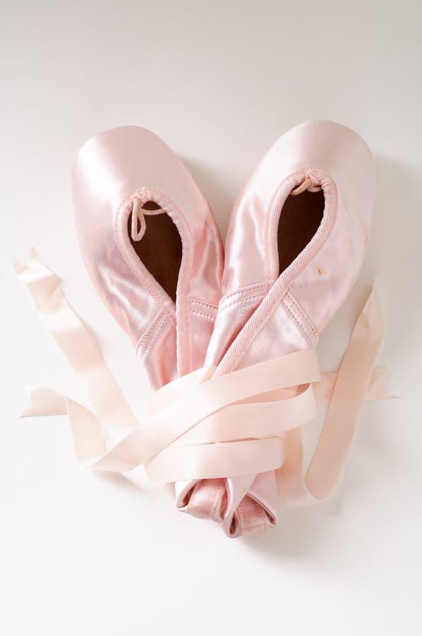 Rosafarbene Ballettschuhe lizenzfreie stockfotos