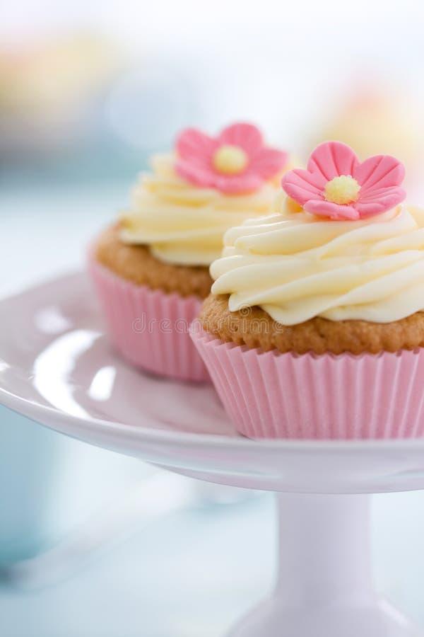 Rosafarbene Blumenkleine kuchen lizenzfreie stockfotografie