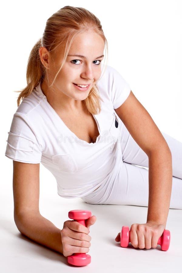 Rosafarbene Dumbbells in den Händen der Frauen stockfoto