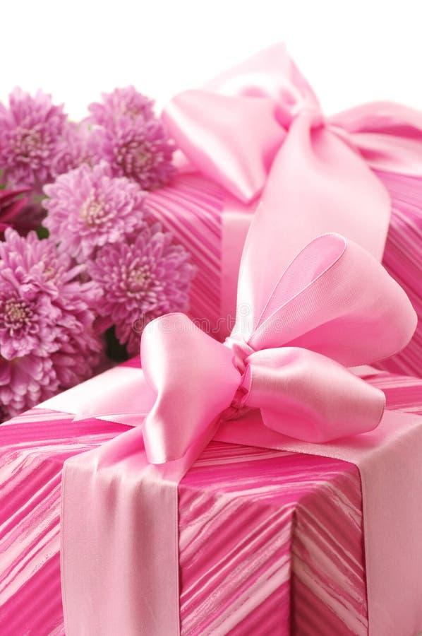 Rosafarbene Geschenke und chryzanthemiums stockbild