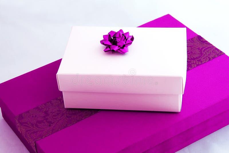 Rosafarbene Geschenkkästen stockfotos