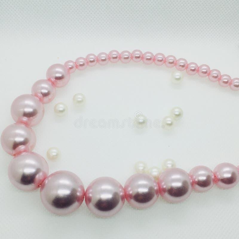 Rosafarbene Halskette stockbild