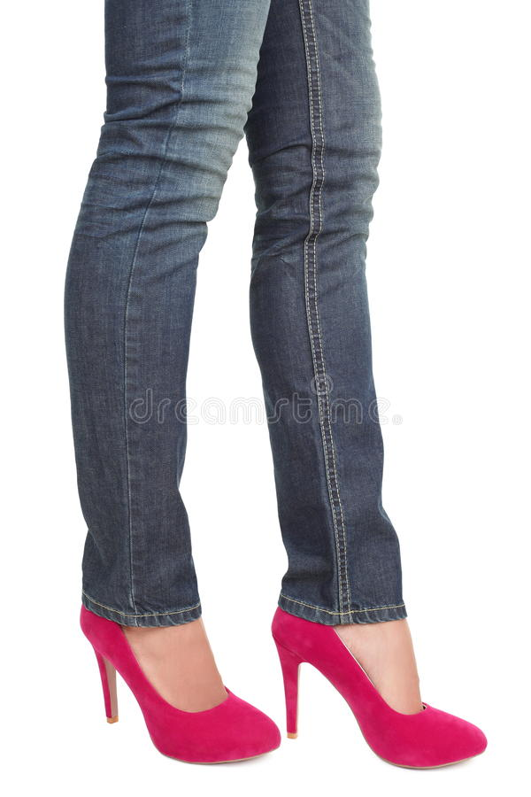 Rosafarbene hohe Absätze und Jeans - Frauenfahrwerkbeine lizenzfreie stockfotografie