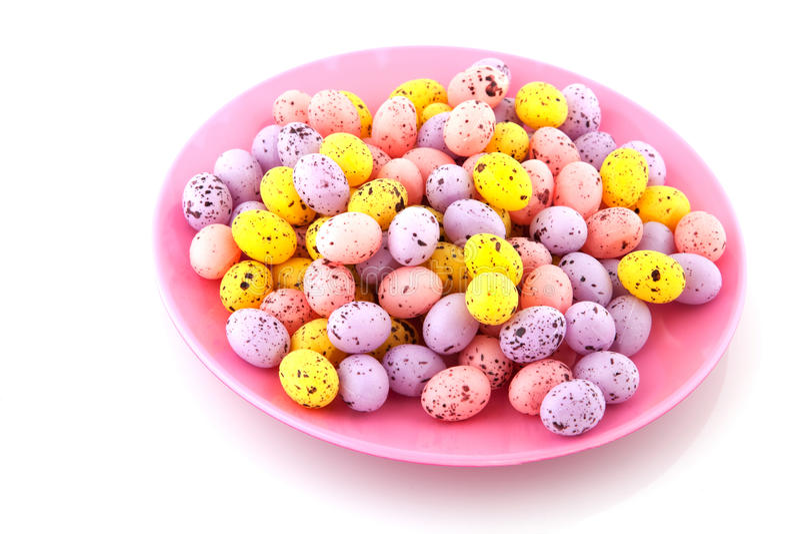 Rosafarbene Platte gefüllt mit Ostereiern stockbilder