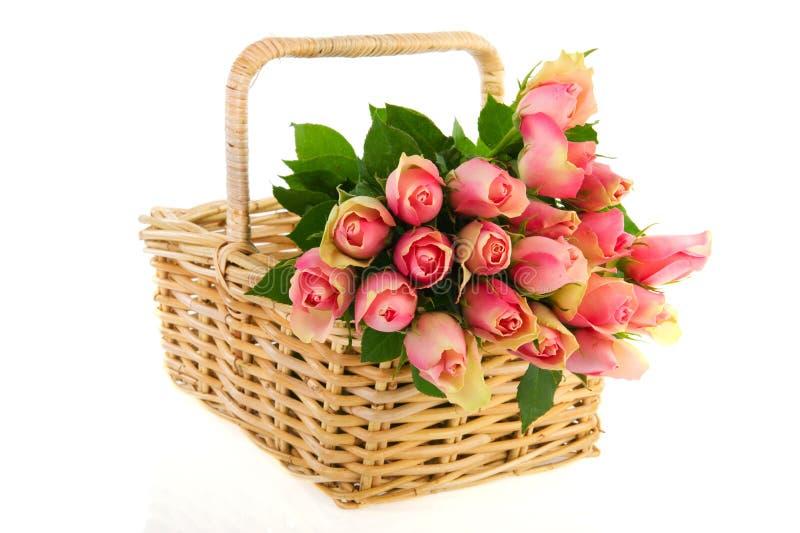 Rosafarbene Rosen des Blumenstraußes im Stockkorb stockbilder