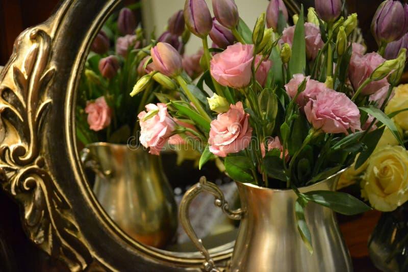 Rosafarbene Rosen in einem Vase lizenzfreies stockbild