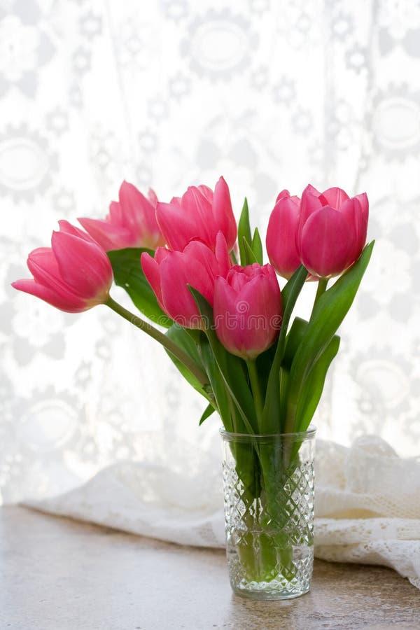 Rosafarbene Tulpen im Vase stockbild