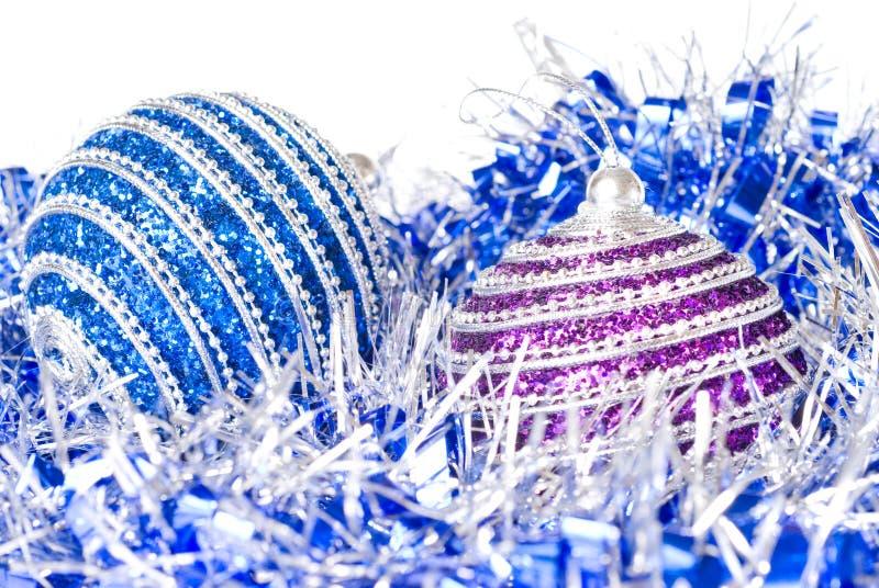 Rosafarbene und blaue Weihnachtskugeln mit Dekoration stockfoto
