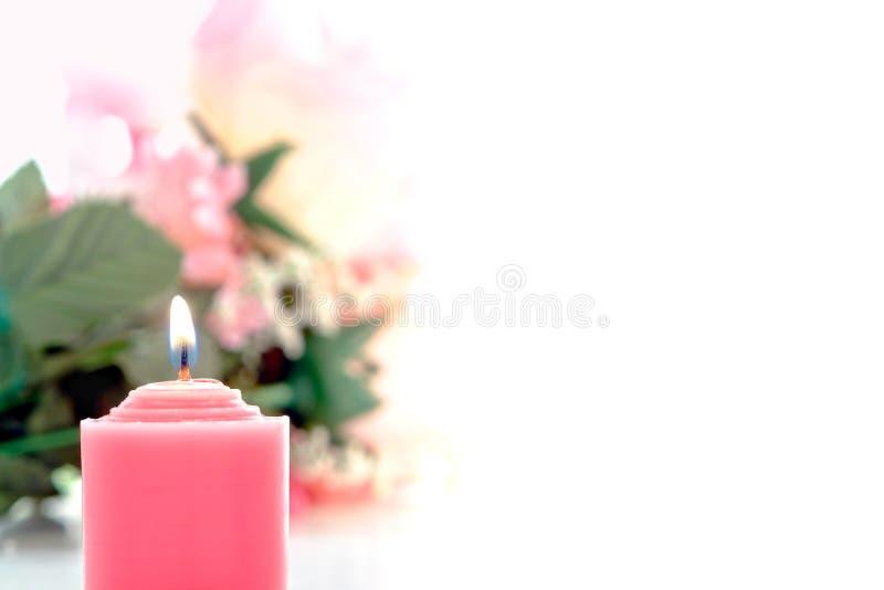 Rosafarbene Votive Kerze und Pastellblumen-Blumenstrauß stockbilder