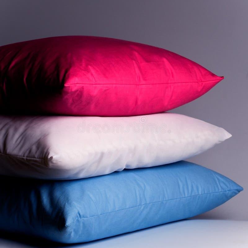 Rosafarbene, weiße und blaue Kissen lizenzfreies stockbild