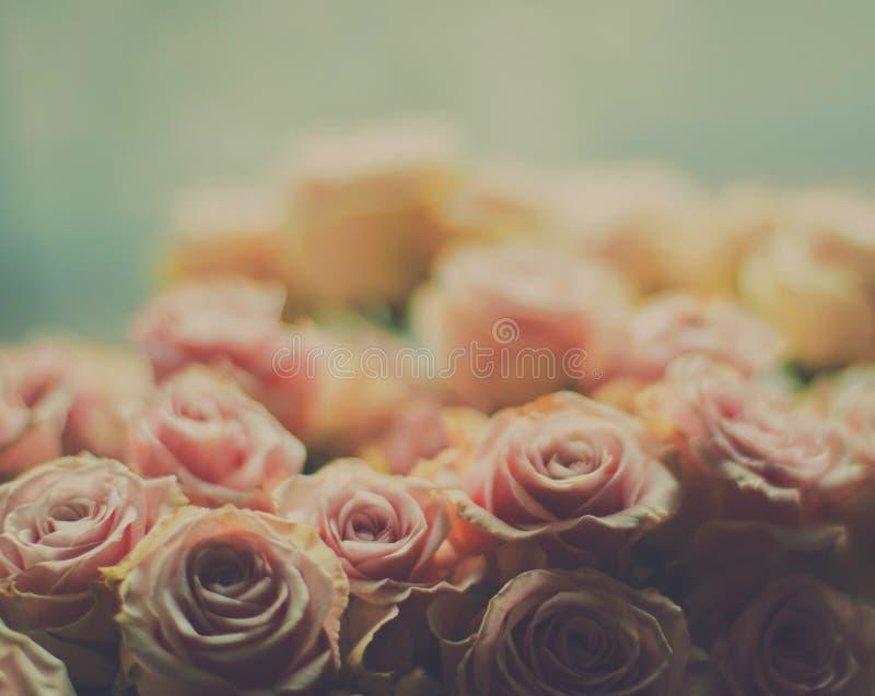rosafarbener Blumenblumenstrauß - Hochzeit, Feiertag und Blumengarten angeredetes Konzept lizenzfreies stockfoto