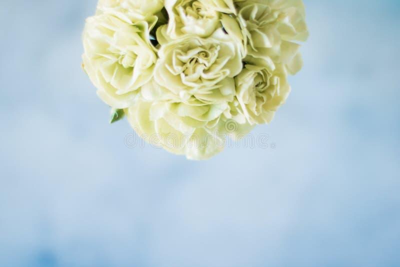 rosafarbener Blumenstraußdekor - Hochzeit, Feiertag und Blumengarten angeredetes Konzept stockfoto