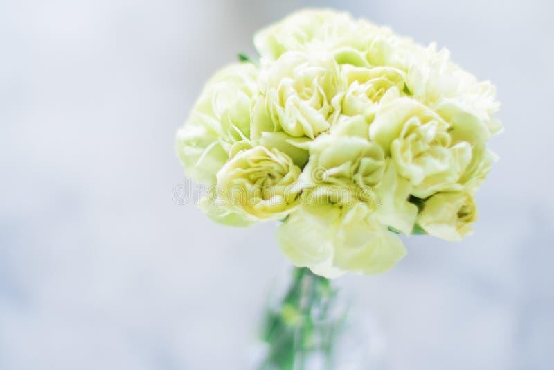 rosafarbener Blumenstraußdekor - Hochzeit, Feiertag und Blumengarten angeredetes Konzept lizenzfreie stockbilder