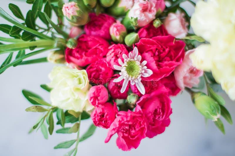 rosafarbener Blumenstraußdekor - Hochzeit, Feiertag und Blumengarten angeredetes Konzept stockbild