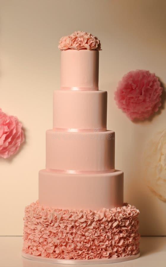 Rosafarbener Hochzeitskuchen stockbild