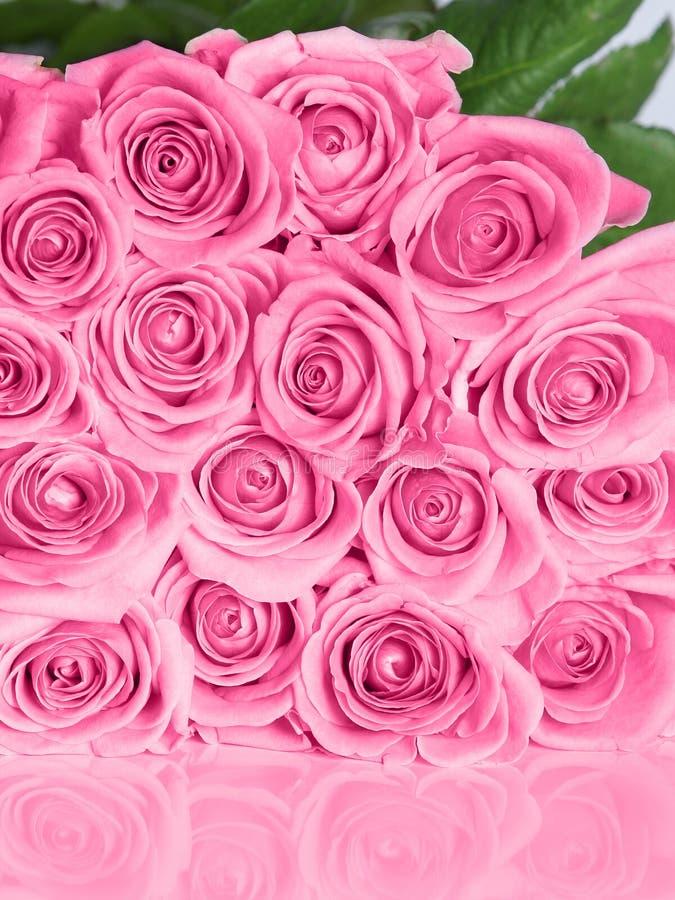 Rosafarbener Roseblumenstrauß stockbild
