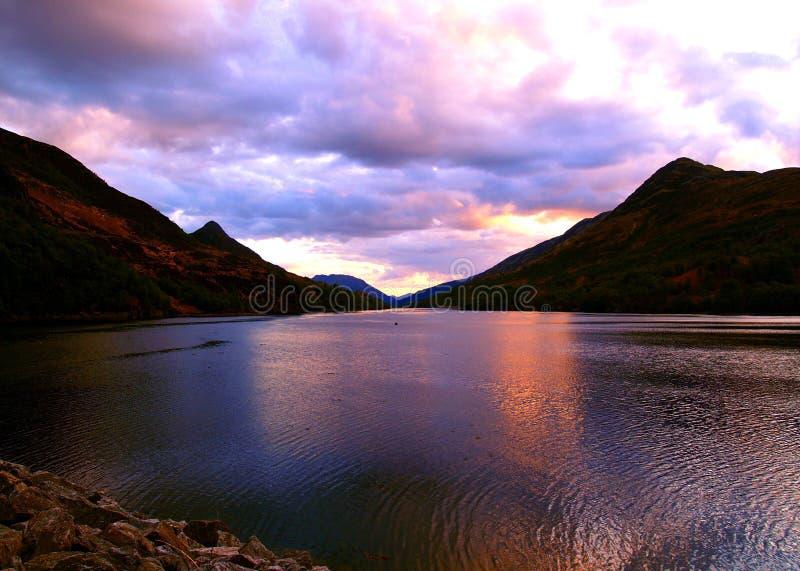 Rosafarbener Sonnenuntergang in Schottland lizenzfreie stockfotos